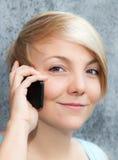 Adolescente que usa el teléfono elegante Fotos de archivo libres de regalías