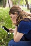 Adolescente que usa el teléfono elegante Imagen de archivo libre de regalías