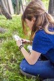 Adolescente que usa el teléfono elegante Foto de archivo libre de regalías