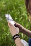 Adolescente que usa el teléfono elegante Fotos de archivo