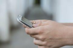 Adolescente que usa el teléfono elegante móvil Fotos de archivo libres de regalías