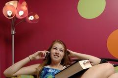 Adolescente que usa el teléfono móvil Fotos de archivo