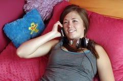 Adolescente que usa el teléfono móvil Fotografía de archivo libre de regalías