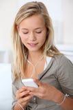 Adolescente que usa el teléfono móvil Fotos de archivo libres de regalías