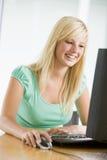 Adolescente que usa la computadora de escritorio Imagen de archivo