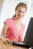 Adolescente que usa la computadora de escritorio Imágenes de archivo libres de regalías