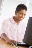 Adolescente que usa la computadora de escritorio Foto de archivo