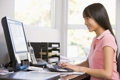 Adolescente que usa la computadora de escritorio Foto de archivo libre de regalías