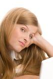 Adolescente que usa la computadora portátil Imagen de archivo libre de regalías