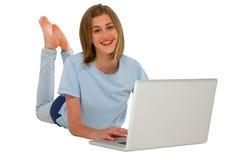 Adolescente que usa la computadora portátil Fotos de archivo libres de regalías
