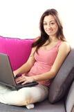 Adolescente que usa la computadora portátil Fotos de archivo