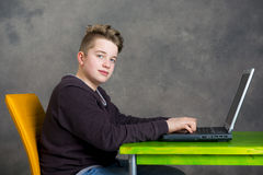 Adolescente que usa la computadora portátil Imagenes de archivo