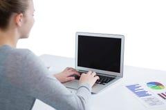 Adolescente que usa la computadora portátil Foto de archivo