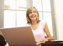 Adolescente que usa la computadora portátil en el país Foto de archivo libre de regalías
