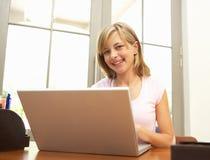 Adolescente que usa la computadora portátil en el país Fotos de archivo libres de regalías