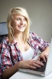 Adolescente que usa la computadora portátil en el país Fotos de archivo