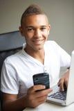 Adolescente que usa la computadora portátil y el móvil en el país Imágenes de archivo libres de regalías