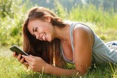 Adolescente que usa la PC de la tableta Fotos de archivo
