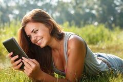 Adolescente que usa la PC de la tableta Fotografía de archivo libre de regalías