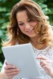 Adolescente que usa la tableta de Digitaces al aire libre Imagen de archivo