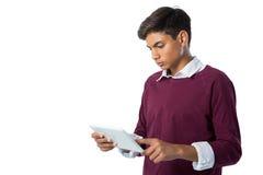 Adolescente que usa la tableta digital Foto de archivo libre de regalías