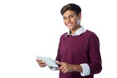 Adolescente que usa la tableta digital contra el fondo blanco Fotografía de archivo