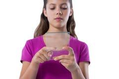 Adolescente que usa la tableta digital de cristal Fotos de archivo libres de regalías