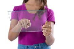 Adolescente que usa la tableta digital de cristal contra el fondo blanco Fotos de archivo
