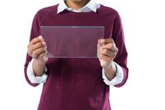 Adolescente que usa la tableta digital de cristal contra el fondo blanco Foto de archivo libre de regalías