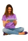 Adolescente que usa la tablilla Fotos de archivo libres de regalías