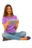 Adolescente que usa la tablilla Foto de archivo