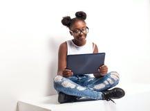 Adolescente que usa la tablilla Imagen de archivo libre de regalías