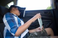 Adolescente que usa las auriculares de la realidad virtual con la tableta digital Fotos de archivo