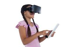 Adolescente que usa las auriculares de la realidad virtual y la tableta digital Foto de archivo libre de regalías