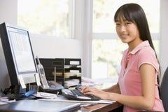 Adolescente que usa o computador de secretária Fotos de Stock