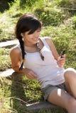 Adolescente que usa o jogador mp3 Imagens de Stock