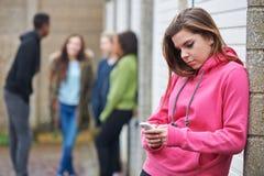 Adolescente que usa o telefone celular no ajuste urbano fotos de stock