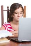 Adolescente que usa su ordenador portátil aislado en blanco Imágenes de archivo libres de regalías