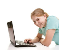 Adolescente que usa un cuaderno Imágenes de archivo libres de regalías