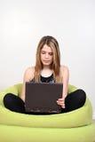 Adolescente que usa un ordenador portátil Foto de archivo