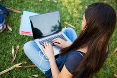 Adolescente que usa un ordenador portátil Fotografía de archivo libre de regalías