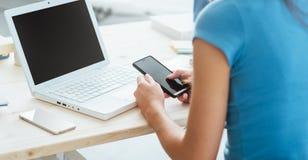 Adolescente que usa un teléfono elegante Foto de archivo