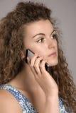 ADOLESCENTE QUE USA UN TELÉFONO MÓVIL - JUNIO DE 2016 - Imagen de archivo