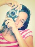 Adolescente que usa una cámara del vintage Fotos de archivo