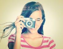 Adolescente que usa una cámara del vintage Fotografía de archivo libre de regalías