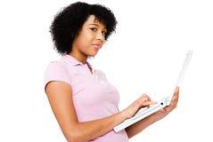 Adolescente que usa una computadora portátil Fotos de archivo libres de regalías