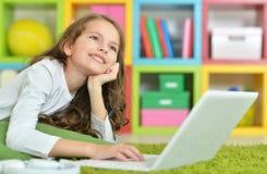Adolescente que usa una computadora portátil Imagen de archivo