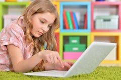 Adolescente que usa una computadora portátil Fotos de archivo