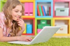 Adolescente que usa una computadora portátil Fotografía de archivo libre de regalías