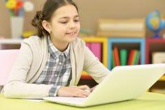 Adolescente que usa una computadora portátil Imágenes de archivo libres de regalías